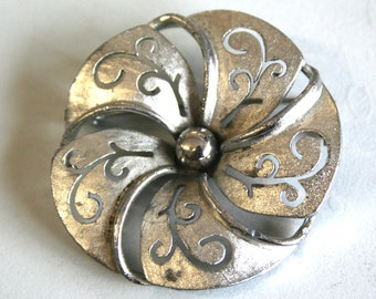 Swirly flower shaped brooch, pin, gold, cut out detail