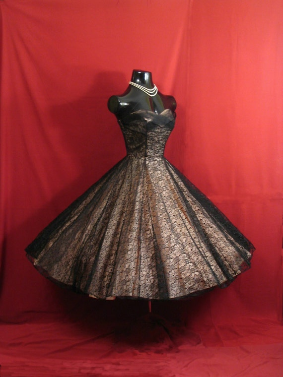 Vintage 1950 39 s 50s strapless black pink lace tulle taffeta for Circle skirt wedding dress