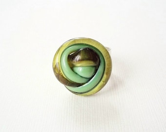 Cocktail Ring. Vintage Green Knot Button on Silver Band. Unique Jewelry