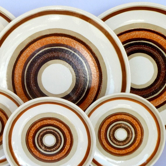 VINTAGE BULLSEYE PLATES/ Made in usa/ 3 serving and three salad