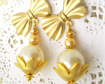 Pearls and bow matte gold plated post earrings - Ivory Swarovski pearls post earrings Wedding Jewelry Bridal Earrings