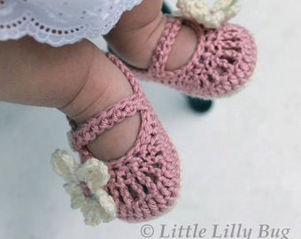 Crocheted Mary Jane Baby Booties, Crochet Baby Shoes in Dusty Rose and Cream, sizes 0-3 months, 3-6 months, 6-12 months