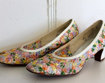 Vintage Tapestry  Woven Heels FLORAL Pumps 6.5 Bright colored heels