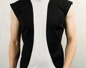 Fitted and sleeveless shirt in black and white