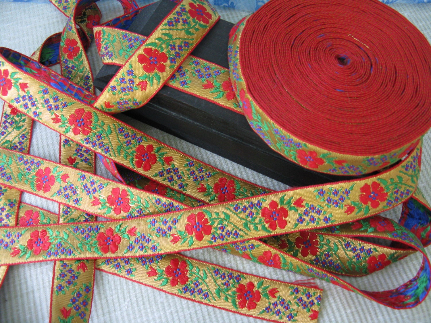 Splendid Gold Woven Jacquard Ribbon With Red Roses And Tiny