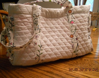 Quilted purse/tote with pockets on the end and down one side....total 5 pockets on outside.