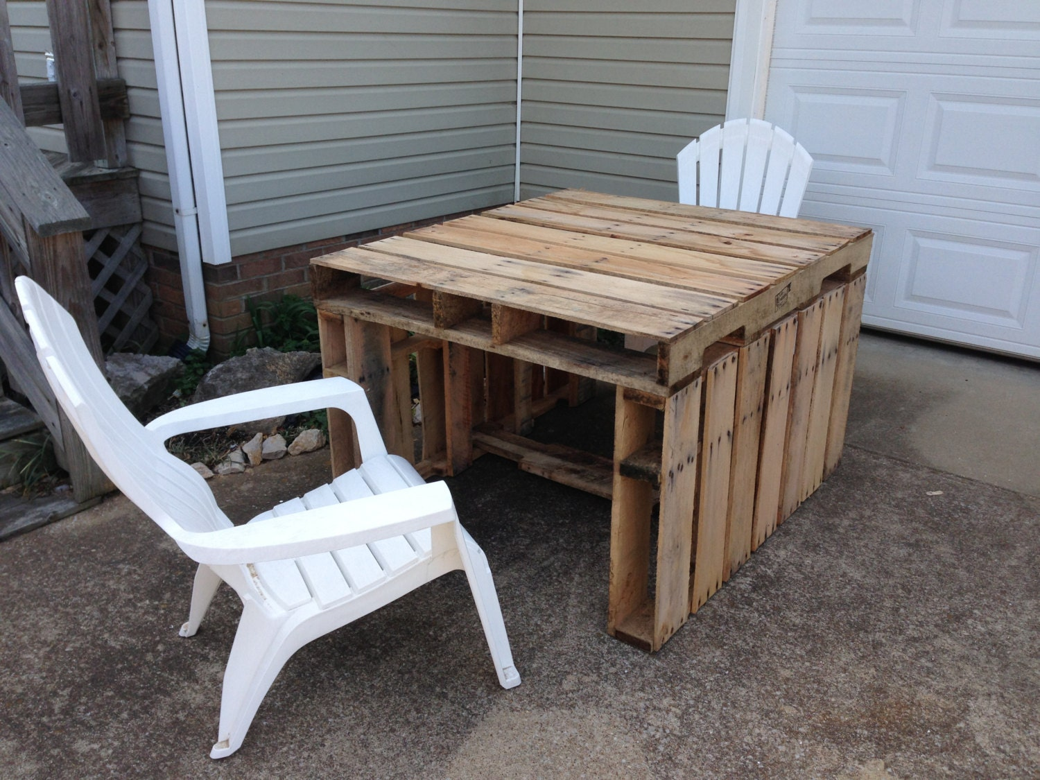 Patio table made of repurposed pallets by givetake on etsy for Patio table made from pallets
