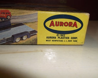 Aurora Model Kit 1963 Show Trailer 1 3/2 scale  Complete.Great box art graphics.This is a rare kit to find.epsteam