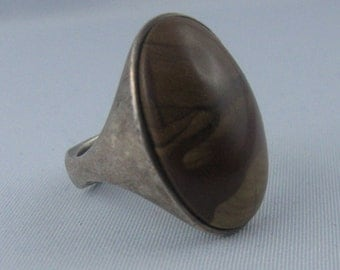 Ring with brown-flecked gem in oddly shaped ring band of sterling silver (925 Ag). VINTAGE