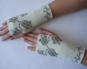 Cream beaded fingerless gloves, wrist warmers, fingerless mittens. Especially thin, soft and warm.Pure wool.
