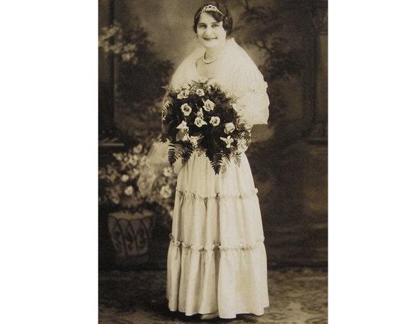 Wedding Photo Bride Art Deco Flowers Gown
