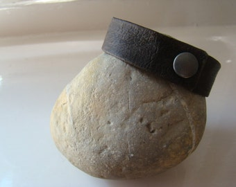 Minimalistic Italian leather reycled men bracelet eco-friendly zen gift for him or her. From JJePa.