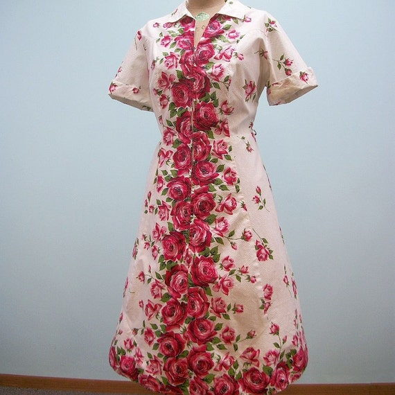 """Vintage 50s Dress / Fruit of the Loom Day Dress / Red Roses / Waist 41"""""""