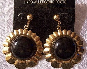Black Bead Flower Discs Pierced Stud Earrings Gold Tone Vintage Scalloped Ribbed Edges Large Domed Round Center