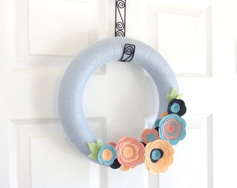 Summer Yarn Wreath. Peach, Pink, Charcoal and Grey Felt Flowers. Modern Door Wreath. 12 Inch Wreath.