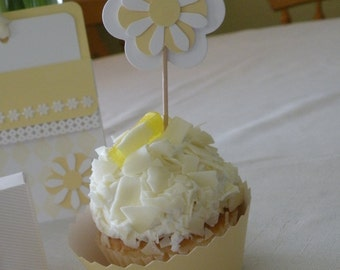 8 Daisy Cupcake Toppers and Cases