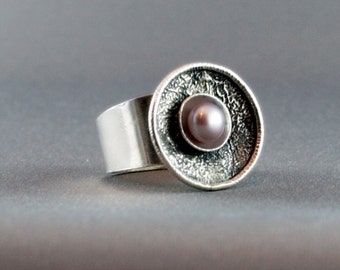 Silver ring with a natural pink freshwater pearl, reticulated. SIZE 8,5
