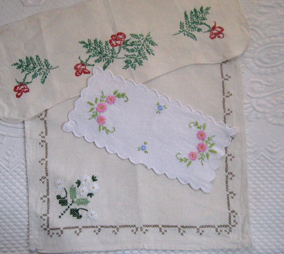 Lot of Three EMBROIDERED LINEN DOILIES 1940s