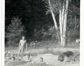 Vintage Photo petits garçons enterrés au cou dans le sable à la plage du berger allemand sur un côté garçon avec pelle sur d'autres photo