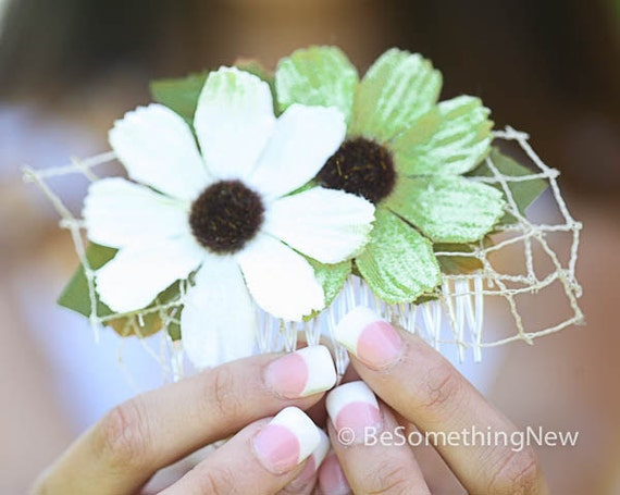 Daisy Comb in Green and Ivory, Women Hair Accessories, Wedding Party Bridesmaids Hair, Spring Hair Comb, Flower Comb