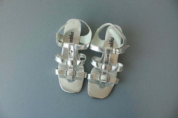 1960s sandals / 60s gladiator sandals / silver metallic mod heels sandals - size 7 , 38 , UK 5