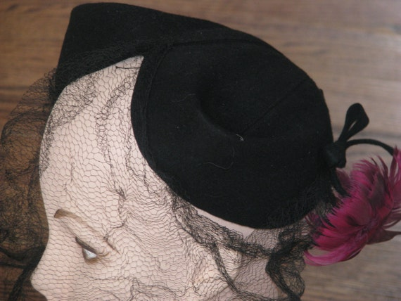 Vintage 1950s / 50s Miller and Rhoads black felt hat with pink flowers / size 22