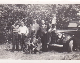 Vintage Photo - Group With Old Car - Vintage Photograph, Vernacular (T)