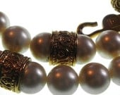 Beautiful vintage French Designer Guy Laroche classic pearls golden plated metal beads