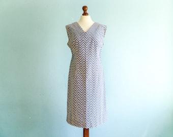 Vintage woman chevron dress / shift dress / summer dress / blue white zig zag / sleeveless / fitted / below knee / medium large