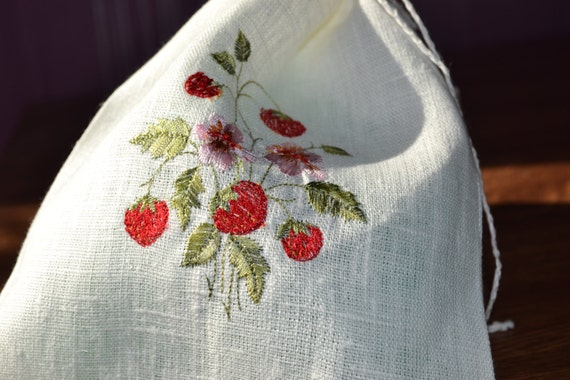Linen bag with strawberry embroidery