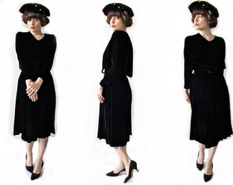 Gorgeous 1920s Black Velvet Dress. Vintage Flapper Era Elegance .