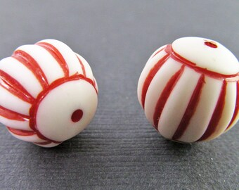 12 Vintage 15mm Red and White Carved Lucite Beads Bd716