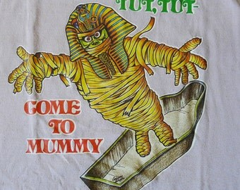 Vintage 1977 Come to Mummy Beige Iron On T Shirt Funny