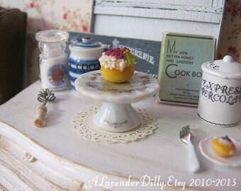 Vanilla Cake Stand