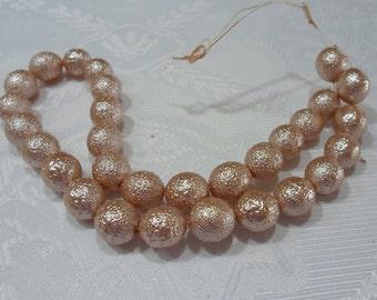 249-2 Perle de acrylic texturé  12mm   beige rosé  1 corde