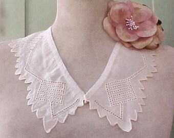Pretty Vintage Silk Crepe Scalloped Collar in Soft Peach