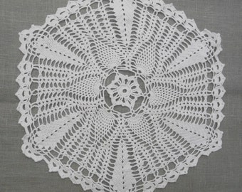 PROJECT of a linen cushion cover with a doily