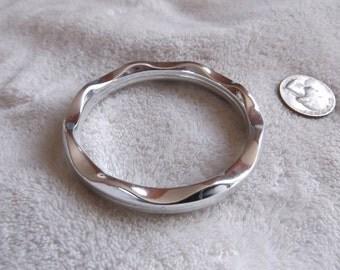Vtg Bracelet-Silvertoned Plastic Bangle