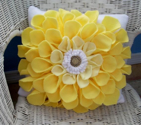 Декоративная подушка с цветком