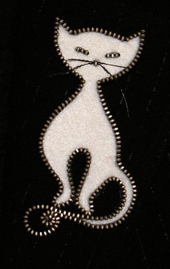 Fermeture à glissière concepteur original de chat blanc et broche à la main
