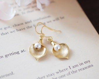 Calla Lily Earrings in matte gold, Swarovski Cream Ivory Pearls, Wedding Bridal Earrings, Bridesmaid Gifts, mothers day gift, gift for her