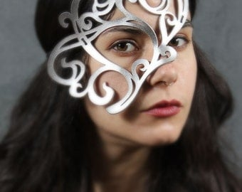 Whirly leather mask in silver