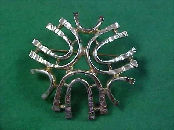 Free Ship ~ CHARMING SARAH COV. Light Gold Plate Retro Open Design Brooch