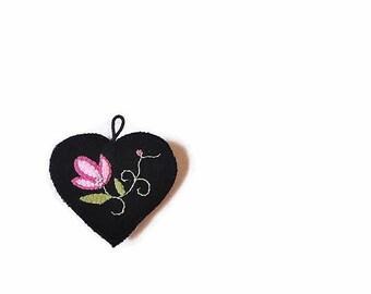 Wool heart ornament pink posy black