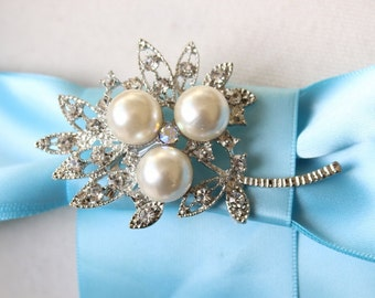 Adorable    brooch  with rhinestones and pearl  white color  color  1 piece listing