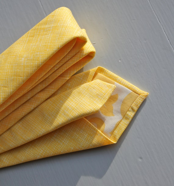 Men's Necktie in Yellow Crosshatch