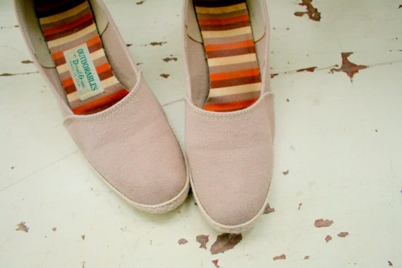 5 DOLLAR SALE////1970s NUDE Fabric Wedges..retro. wedges. sandals. flats. shoes. urban. hipster. 70s accessories. fabric shoes. daniel green