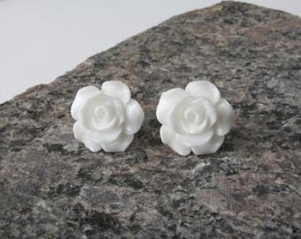 White Rose studs, White rose Earrings, white Studs, White flower earrinds, flower girl earrings, bridal party gift,  stock ingénieurs filler