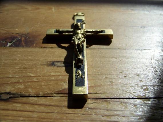 crucifix avec tete de mort