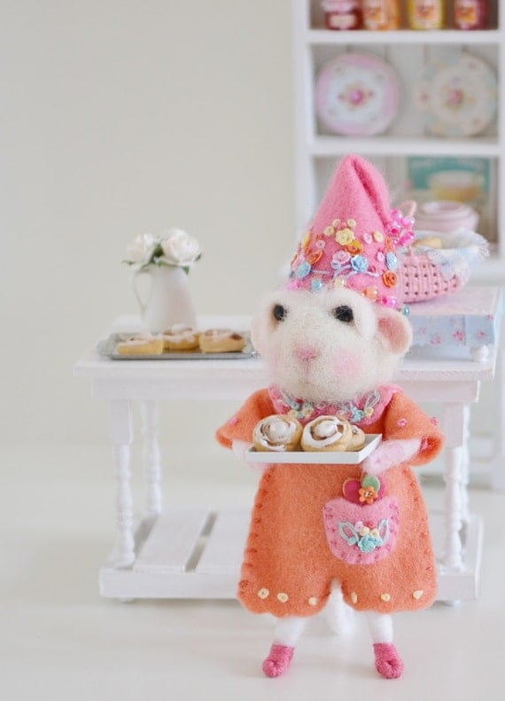 modflowers: needle felted mouse with cinnamon rolls by SweetPetiteShoppe